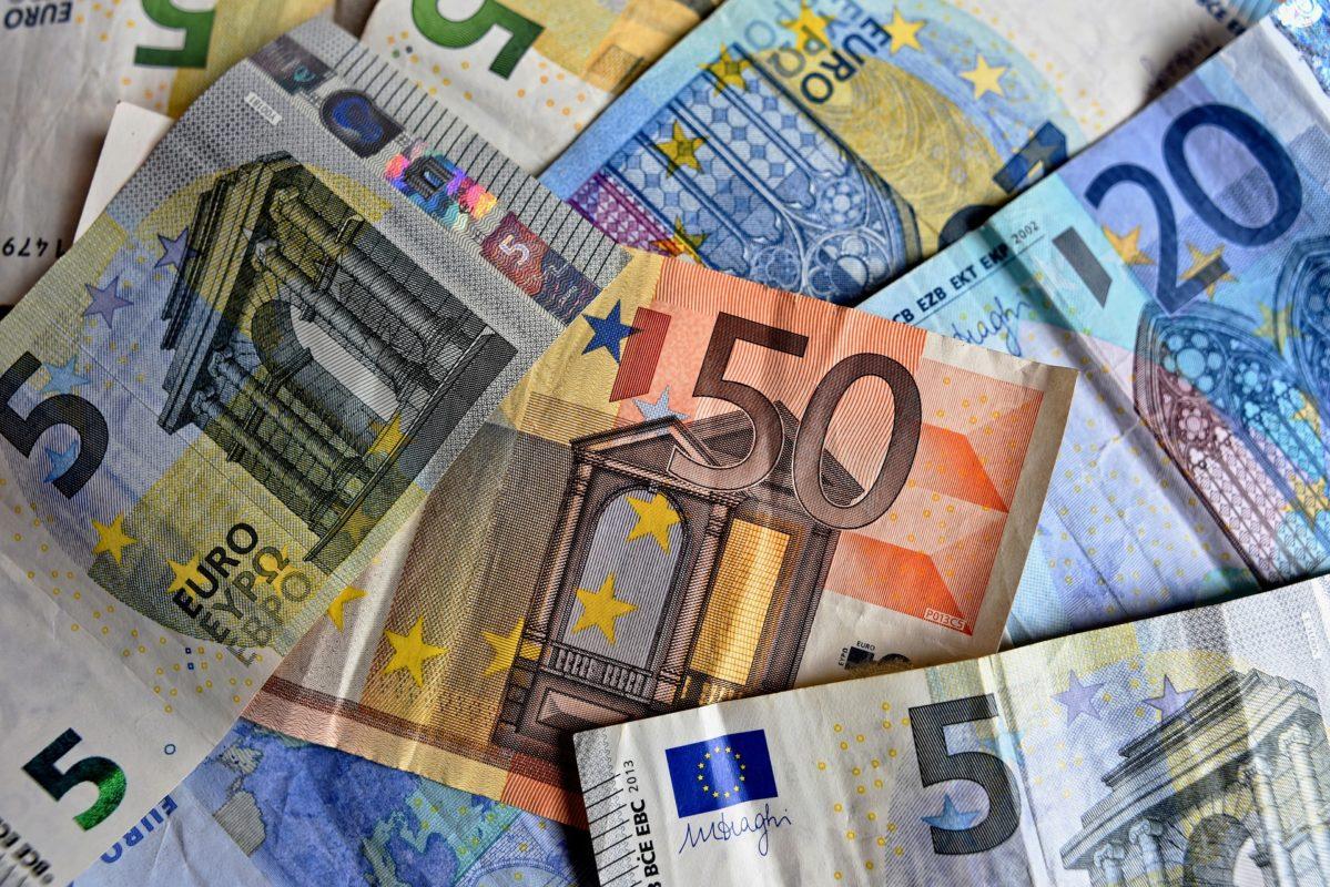 denaro falso controlla banconote